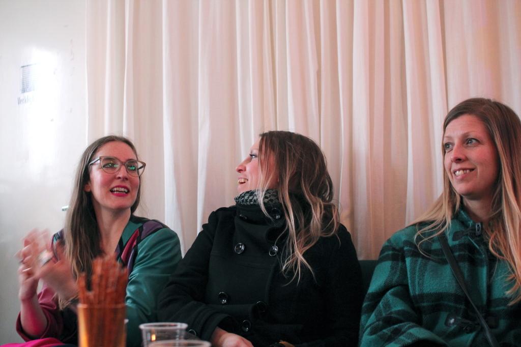 Maina Arvas, Elisabeth Widmark och Frida Hammar på visning på Galleri Verkligheten.